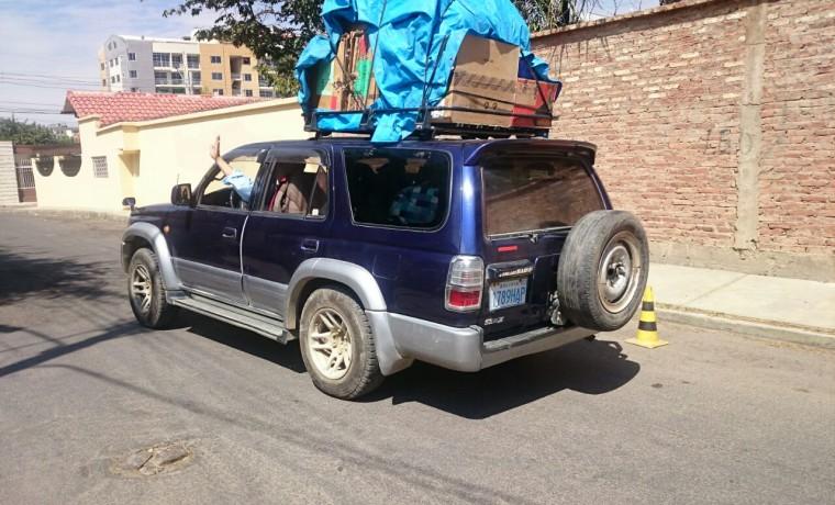 9. Una camioneta con los equipos y materiales necesarios para el empadronamiento en Viacha (Cochabamba).