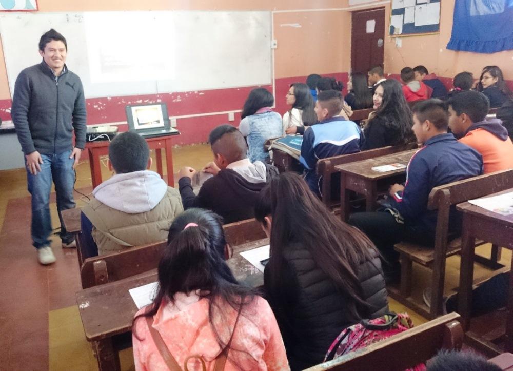 Durante la capacitación dirigida a estudiantes de sexto de secundaria de la unidad educativa Franz Tamayo, en Entre Ríos.