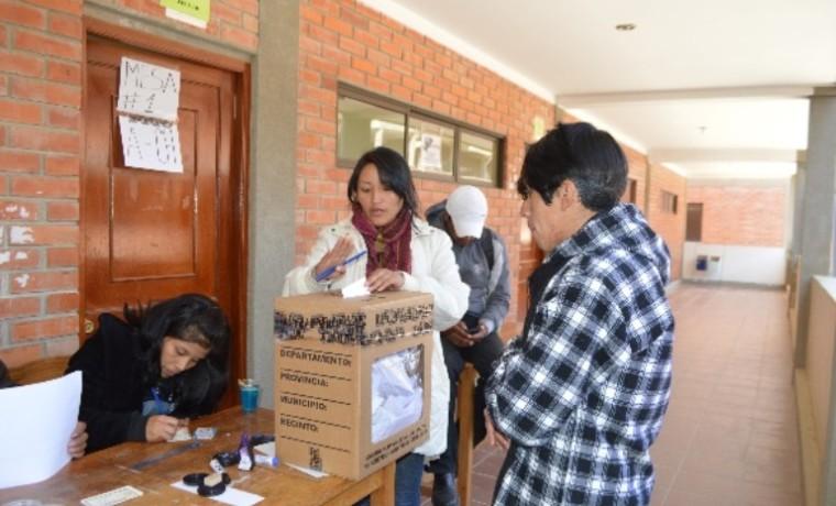 Estudiantes de la Escuela Superior de Formación de Maestros de El Alto emiten su voto.