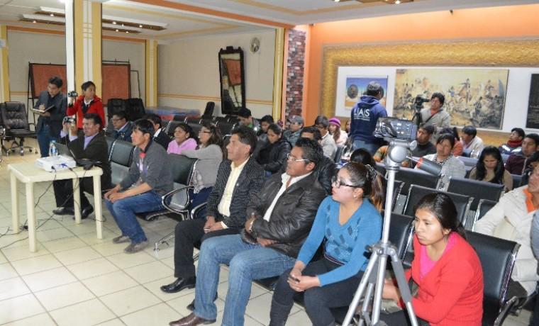 Periodistas y ciudadanía del Municipio de Viacha presencian la presentación de la papeleta de sufragio.