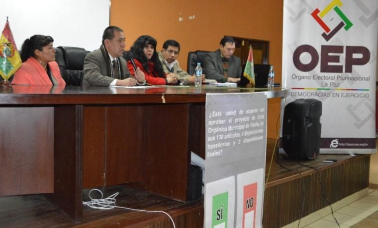 Presentación de la papeleta de sufragio por los vocales del Tribunal Electoral Departamental de La Paz.
