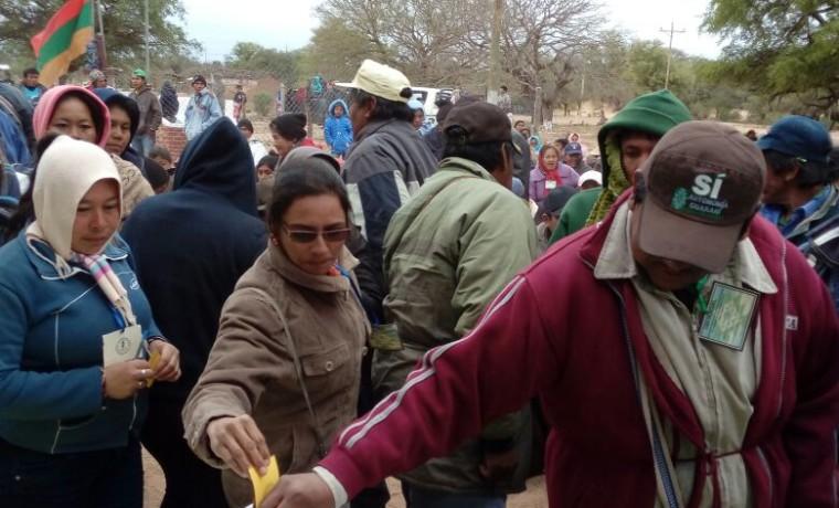 2. Delegados de las comunidades emiten su voto.