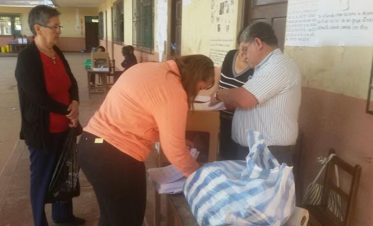 2-la-presidenta-del-comite-electoral-entrega-los-materiales-en-las-mesas