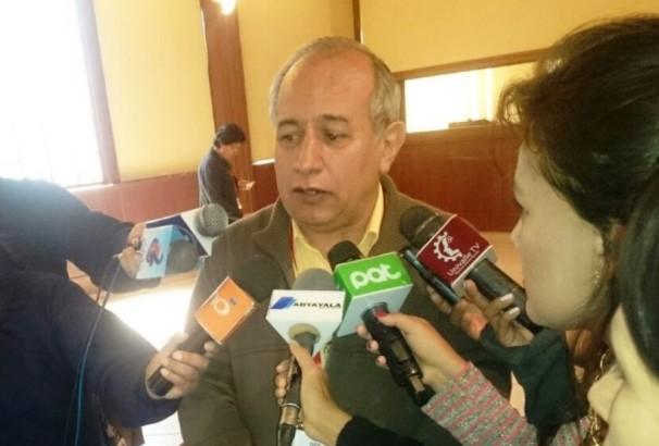 4. El Vocal del  TSE, Antonio Costas, atendiendo a los medios de comunicación de Cochabamba.