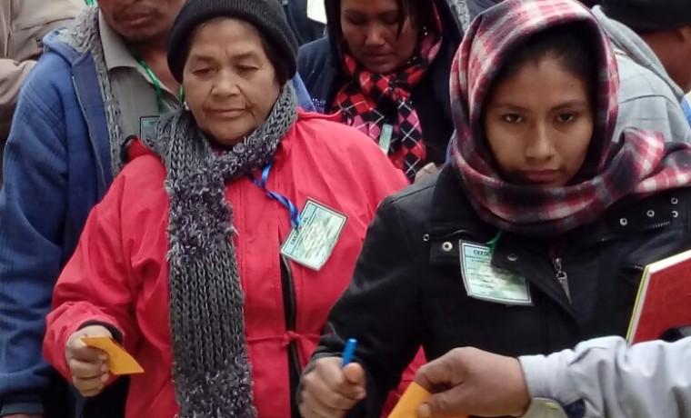 4. Mujeres delegadas emiten su voto.