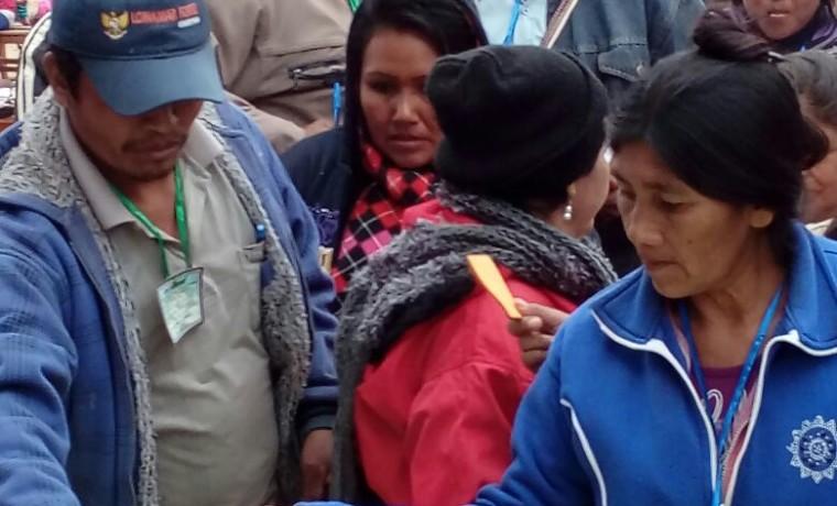 7. Mujeres delegadas de las comunidades emiten su voto.