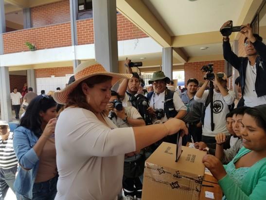 vint-alcaldesa-de-vinto-emite-su-voto-en-la-unidad-educativa-martin-cardenas-mesa-2