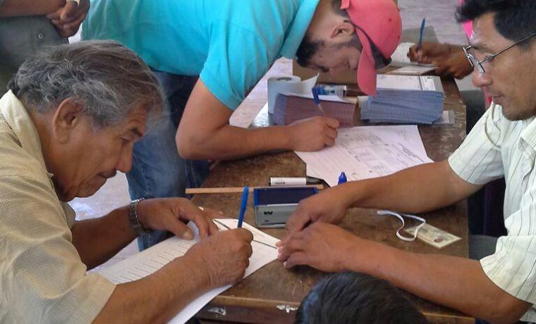 charagua-pueblo-las-y-lo-jurados-de-mesa-preparan-el-material-para-la-eleccion