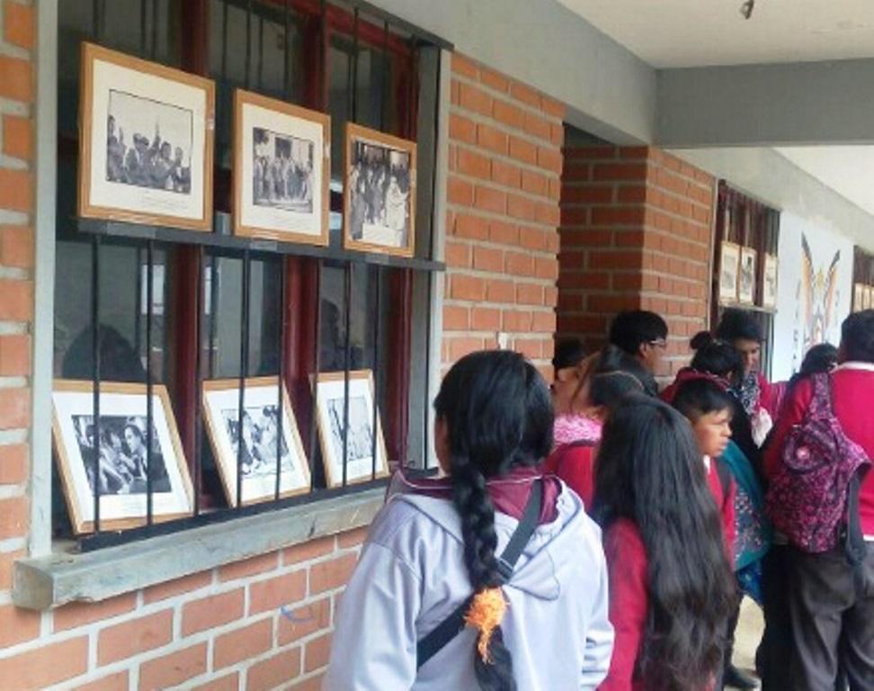 Estudiantes del colegio Mariscal Santa Cruz observan exposición fotográfica.
