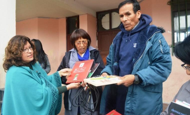 La Vocal Dunia Sandoval entrega material infomativo a las autoridades del colegio.