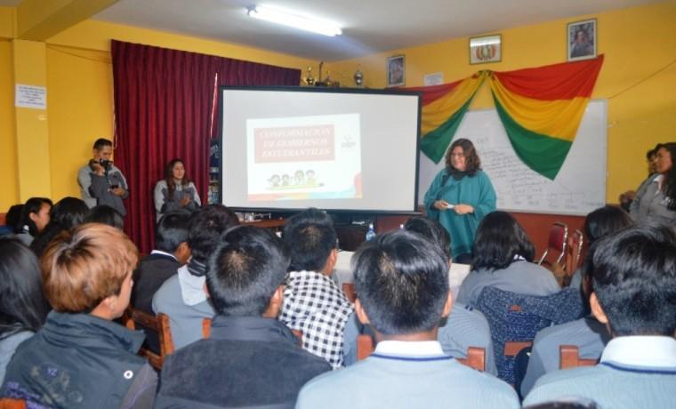 La Vocal Dunia Sandoval explica las funciones del OEP a las y los estudiantes del colegio Villa el Carmen.