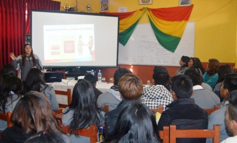La técnico del SIFDE, Jacqueline Estrada, explica sobre el procedimiento para la elección de los gobiernos estudiantiles.