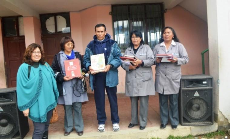 Las y los docentes del colegio Villa el Carmen junto a la Vocal del TSE, Dunia Sandoval.