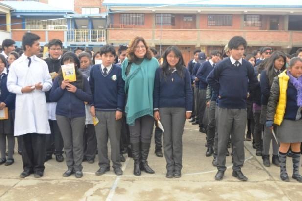 Vocal ddel TSE, Dunia Sandoval, junto a las y los estudiantes del colegio Villa el Carmen.