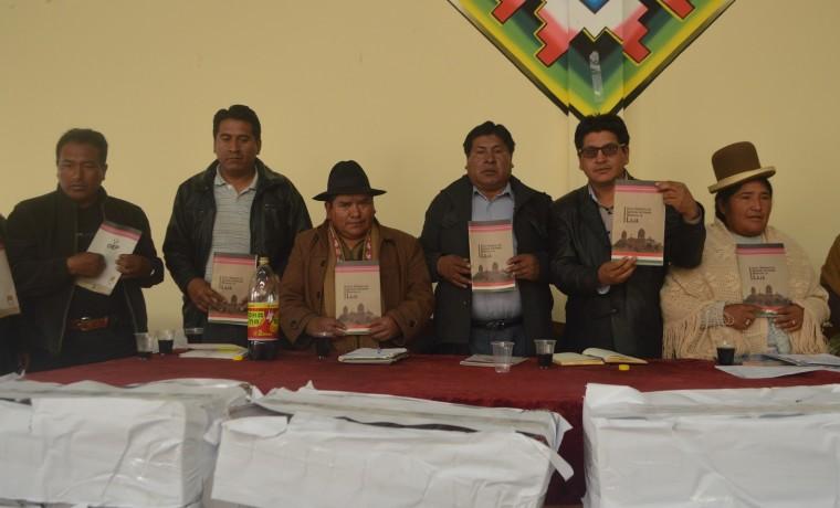 El Alcalde Macario Quino Valencia (tercero desde la izquierda) junto a autoridades locales de Laja con la Carta Orgánica.