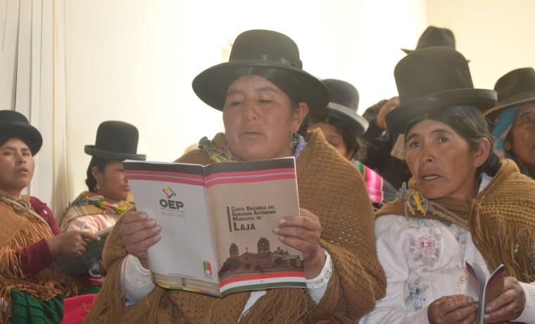 El documento es revisado por las comunarias.