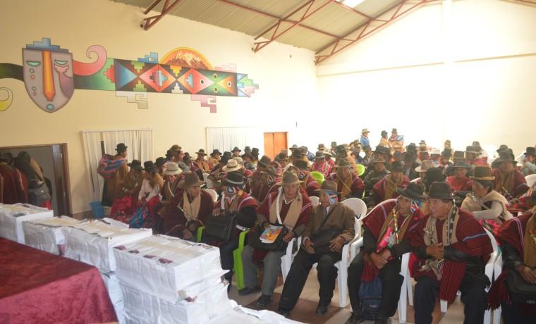 La entrega de los ejemplares se realizó en acto público con la presencia de las organizaciones sociales.