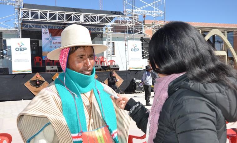 2. El Qhastan YOqztan qamñi zoñi mä eph, Paulino Condori, atiende a la prensa.