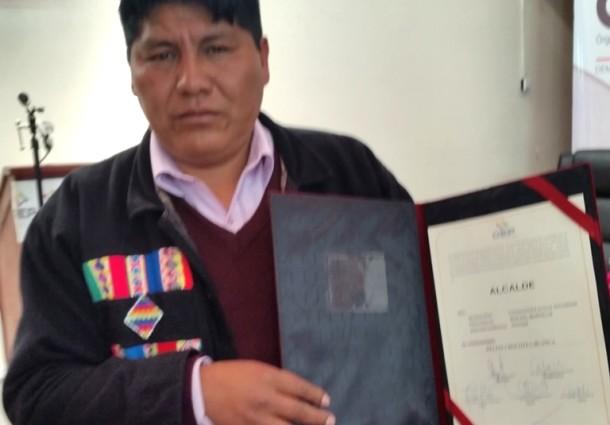 El TED Potosí entrega la credencial al alcalde electo de Chuquihuta, Delfin Chocotea