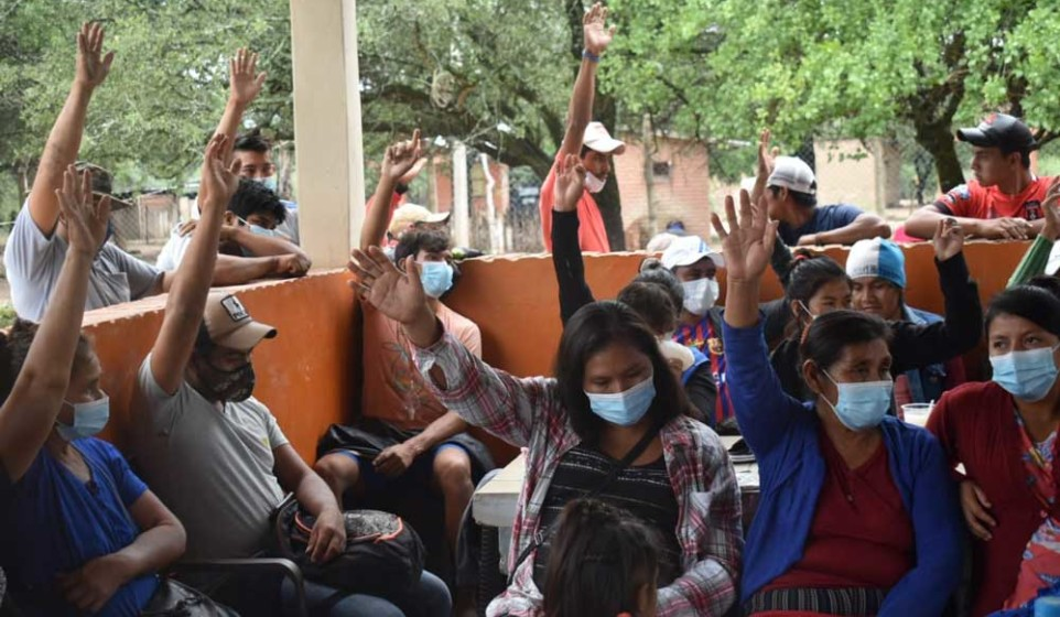 Indígenas-Tapietes-votan-levantando-la-mano.