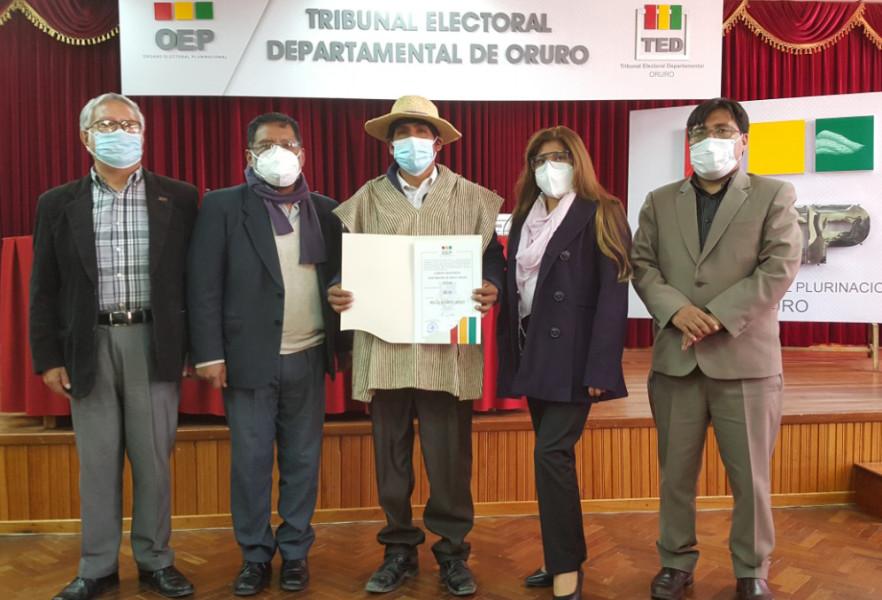 El TED Oruro valora la democracia comunitaria en la entrega de credencial a un asambleísta Uru